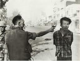 """Murder of a Vietcong by Saigon Police Chief"" Eddie Adams, 1968《西贡(译注:现称胡志明市)警察局局长枪杀一名越共分子》,艾迪·亚当斯,1968年"